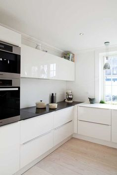 Kitchen Cabinet: Elegant White Laminate Cabinet And Black Granite Countertop For Small Kitchen Design Ideas Using Wooden Floor. How to Clean White Laminate Kitchen Cabinets Best Color For Kitchen Cabinets, White Kitchen Cabinets, Kitchen Dinning, Kitchen Decor, Kitchen Ideas, Dining, Minimalist Kitchen, Modern Minimalist, Minimalist Window, Minimalist Interior, Minimalist Living