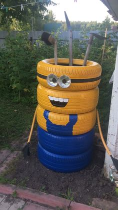 Миньон из шин Upcycled Crafts, Diy Home Crafts, Garden Crafts, Diy Garden Decor, Garden Projects, Decor Crafts, Fun Crafts, Tire Craft, Tire Garden