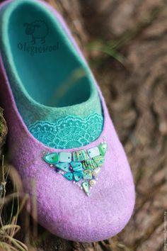 Купить или заказать Валяные тапочки 'Моя прелесть' в интернет-магазине на Ярмарке Мастеров. Нежное сочетание мятного и сиреневого, кружево и ракушек. Украшены вискозой для пущего блеска. Тонкая шерсть.Подшиты кожей. Могу сделать в других цветовых сочетаниях. Felt Boots, Wool Shoes, Felted Slippers, Felting Tutorials, Slipper Boots, How To Make Shoes, Wet Felting, Felt Art, Wool Felt
