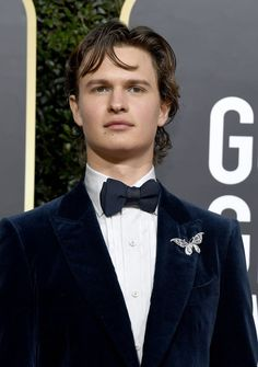 The Golden Globes red carpet always provides stunning beauty looks, but we don't typically see them from men. At the 2020 Golden Globes, actor Ansel Elgort mesmerized us with his makeup. Men Wearing Makeup, Male Makeup, Dior Beauty, Armani Beauty, Golden Globe Award, Golden Globes, All Black Tux, Navy Bow Tie, Bronze Hair
