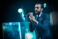 """Marco Mengoni apre la quarta serata del Festival di Sanremo 2014 cantando """"Io che amo solo te"""" di Sergio Endrigo. Il """"Re Matto"""" appare decisamente emozionato sul palco."""