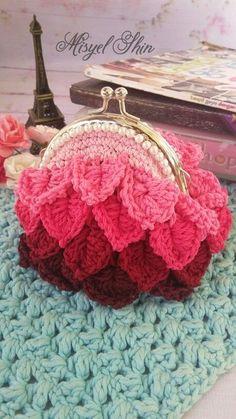 Crochet coin purse More Crochet Birds, Diy Crochet, Crochet Crafts, Crochet Projects, Crochet Wallet, Crochet Coin Purse, Crochet Purses, Purse Patterns, Crochet Patterns