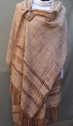 Loom Weaving, Hand Weaving, Brown Outfit, Fashion Design Drawings, Weaving Projects, Weaving Patterns, Shawls And Wraps, Designs To Draw, Capsule Wardrobe