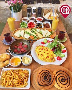 """#SerpmeKahvaltı - Mila Cafe&Bar / #İstanbul ( Kadıköy - Bahariye )   Çalışma Saatleri 09:00-02:00  Kahvaltı Servisi 09:00-16:00  0 216 405 21 06  50TL / 2 Kişilik  Alkollü Mekan  Paket Servis Yok  Sodexo Ticket Multinet Setcard Yok Açık Alan Var  Otopark Yok DAHA FAZLASI İÇİN #YOUTUBE """"YEMEK NEREDE YENİR"""" ABONE OL Sınırsız çay servisi ile birlikte fotoğraftaki görsel 2 kişiliktir. Portakal suyu fiyata dahil değildir."""