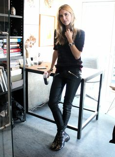 Wunderbar All Black Everything Leather Pants Boots Black Tee Classic Street Style  Model Off Duty Le Basic