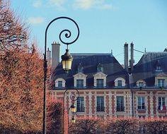 Le joyau du quartier  The Place des Vogues, the oldest planned square in Paris  La Plaza de los Vosgos, la más antigua de Paris  #parís #paris #igersParis #ciudadluz #parisjetaime #turismoparis #parisvillelumière #parismaville #rendezvousenparis #photooftheday #fotodeldía  #TopPhoto #TopParisPhoto #TravelPhotography #otoño #fall #autumn #automne #lvdpphoto #otoño #fall #autumn #automne #pariscartespostales #pariscartepostale #exclusive_france #jaimelaFrance #iloveparis #placedesvosges