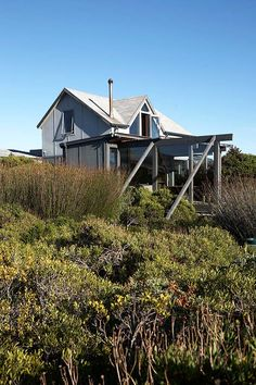 Tucked into dense fynbos near the surfer's paradise that is Kommetjie beach, Stephen and Sue Lennard have built a one-of-a-kind house — with outdoor bathtub and all — that's almost entirely hidden from view. Outdoor Bathtub, Rural House, Coastal Gardens, Cape Town South Africa, Interesting Buildings, Eco Friendly House, House Design, Architecture, House Styles