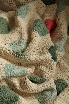 Dotted blanket by Annás kertje. Lovely colours. Her free chart for the dotted square can be found here .http://annaskertje.blogspot.hu/2013/07/a-kor-negyszogesitese-avagy-annas.html