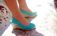 Sapatos customizados com tachinhas no salto