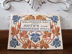 1900-30年    DMCアルバム 刺繍モチーフ  TH. de Dillmont 1ere  20X14cm 厚さ 1cm 260g 110ページ  表紙は厚紙でご覧の様なシミ、汚れがありますが中は奇麗です。