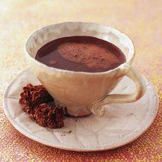 Die ursprüngliche Xocolatl wurde mit Wasser angerührt und schmeckte bitter. Doch auch schon die Azteken würzten das Getränk mit Chili und Vanille.
