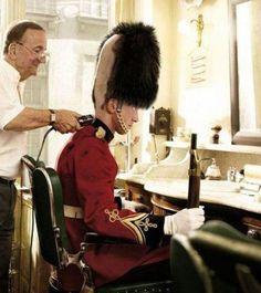 Il segreto dietro i cappelli delle guardie inglesi!!
