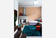A lareira foi mantida na reforma desta casa e ganhou a companhia de uma parede de tijolos. Projeto realizado pela arquiteta Rachel Nakata