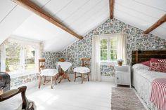 Sovrummet har vackra bjälkar och tapet av Josef Frank.
