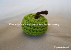 """""""One apple a day, keeps the doctor away"""". Mela verde all'uncinetto - Crochet green apple."""