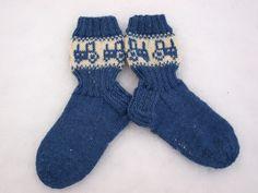 KARDEMUMMAN TALO: Pienelle traktorikuskille Very High Heels, Knitting Socks, Knit Socks, Knit Patterns, Mittens, Diy And Crafts, Fashion Accessories, Slippers, Crocheting