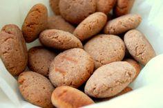 Speculaaskoekjes van banaan - ■2 bananen ■75 gram kokosolie/ vloeibare boter ■70 gram kokosmeel ■1 eetlepel speculaaskruiden of kaneel ■snufje zout Verwarm de oven voor op 175C. Pureer/mix de bananen + kokosolie, mix het tot geheel tot een gladde substantie. Voeg de kokosmeel + speculaaskruiden + zout toe.Draai van het deeg kleine balletjes. Duw ze een beetje plat en leg ze op de bakplaat. Bak de koekjes ongeveer 20-25 minuten tot ze lichtbruin zijn.