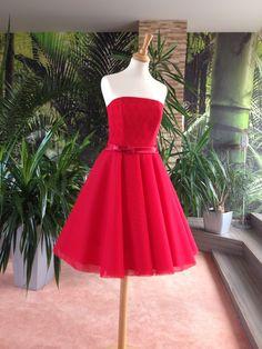 b5a4fa9794fc Krátké svatební šaty ROSE šaty mají hlubší korzetový výstřih tenké ...