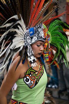 mexican beauty in aztec-indian costume participates in the festival Aztec Costume, Mexican Costume, Indian Costumes, Aztec Headdress, Feather Headdress, Native American Regalia, Aztec Empire, Maya, Aztec Warrior