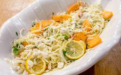 Salada de erva-doce, queijo feta, melão e limão-siciliano: Prato é servido com molho de vinagre, azeite e suco de limão