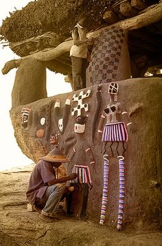 Hombre dogon decorando con danzantes y máscaras la entrada de la Casa de la Palabra, Ireli – Men dogon decorated with paintings of dancers and masks the entrance to the House of the Word, Ireli (January www. Cultural Architecture, Vernacular Architecture, Ancient Architecture, Art And Architecture, African Culture, African History, Earthship, African House, Mud House