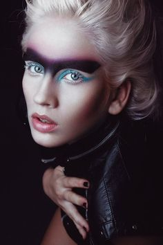 Vaseline (also known by its chemical properties name, petroleum jelly) is an essential item in any make up bag or purse, thanks to its wealth of uses. Dark Beauty, Beauty Art, Beauty Makeup, Eye Makeup, Hair Makeup, Makeup Style, Extreme Makeup, Foto Fashion, Theatrical Makeup