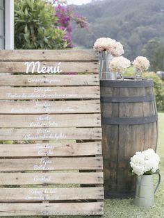 tabla de menu: Mesas para una boda campestre en exteriores, decoración hermosa para bodas de día y de noche, romántico, y delicado. Ideas para bodas wedding decoration, wedding ideas. vintage