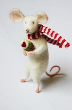 """Maus """"Herman """" gefilzt Muttertag Hochzeit    Herman ist auf dem Weg zu seiner Mutter mit einem ganz besonderen Geschenk. Es wird mal wieder Zeit für I"""