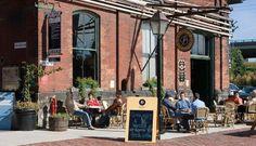 Balzac's – Toronto, Canadá A antiga fábrica foi transformada em um café no estilo parisiense. Do charmoso lustre ao estilo das mesas, tudo faz você lembrar da iluminada Paris.