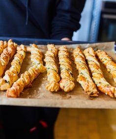 Medvehagymás-sajtos csavart | Street Kitchen Bread Dough Recipe, Hungarian Recipes, Winter Food, Healthy Drinks, Bakery, Food Porn, Food And Drink, Cooking Recipes, Favorite Recipes