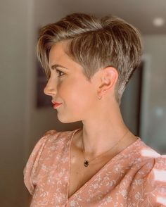 Neena | All Things NeenaさんはInstagramを利用しています:「Fresh fade ✂️✂️✂️ #5yearspixie」 Pixie Cut With Long Bangs, Edgy Short Hair, Super Short Hair, Short Hair Styles Easy, Short Hair Cuts For Women, Medium Hair Styles, Curly Hair Styles, Short Hair Makeup, Long Hair Wedding Styles
