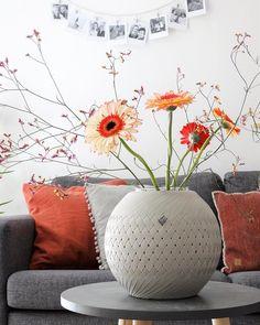 Wat een heerlijke dag was het vandaag! Daar horen bloemen bij ☀️ De prachtige gevlochten vaas of eigenlijk 'bowl' is van @handed_by Ik ga Richard assisteren in de keuken nu, fijne avond! ✨ Was, Stylists, Throw Pillows, Instagram Posts, Home Decor, Craft Bags, Totes, Toss Pillows, Decoration Home