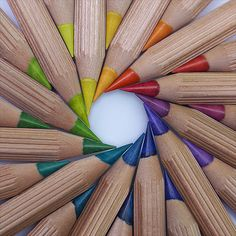 Circular arrangement of colored pencils World Of Color, Color Of Life, Image Crayon, Foto Macro, Satisfying Pictures, Rainbow Aesthetic, Color Pencil Art, Coloured Pencils, Happy Colors