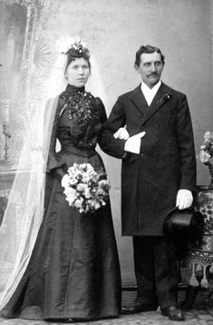vintage everyday: Wedding in Early Photography – 33 Lovely Photos of Just-Married Couples from the Century Black Wedding Gowns, Wedding Outfits, Wedding Dresses, 1800s Fashion, European Fashion, Just Married, Married Couples, Black Bride, Simple Weddings