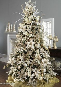 Don't want traditional Merry Christmas decorations? A pre lit white Christmas tree is just what you need. Try these white Christmas tree decorating ideas.