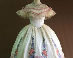 Victorian Crinoline Hoop Cage Hoop Skirt diameter 42 in. Vintage Outfits, Vintage Gowns, Vintage Hats, 1800s Dresses, Victorian Dresses, 1920s Dress, Victorian Fashion, Vintage Fashion, 1850s Fashion