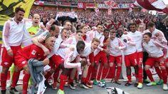 BL 32.Sptg. Hertha BSC Berlin - red Bull Leipzig 1:4 - Leipzig in der Champeos League - Die vielen mitgereisten Fans im Rücken: Die RB-Mannschaft feierte schon im Stadion den historischen Erfolg