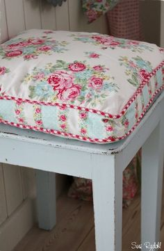 Lovely #floral #cushion Shabby Chic Homes, Vintage Shabby Chic, Shabby Chic  Cottage