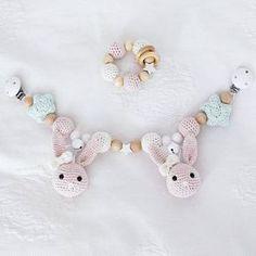 Jippi, meine erste Kinderwagenkette ist fertig geworden ☺ #häschen #handarbeit #häkelliebe #crochetaddict #kinderwagenkette #häkeln #baby #rosa #hase #greifring #crocheting