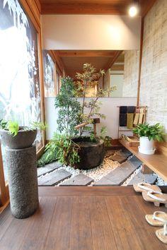 良質の自然素材を使い、金物を一切使わず、木と木を削ってぴったりかみ合わせることで固定する木組みの技。釘などで止めるのとは比較にならない強度があり見た目にも美しいのですが、精巧な木組みには高度な職人の腕が必要とされます。この木組み工法を取り入れたのが永代ハウスの「四季の家」。#注文住宅 #住宅 #新築 #一戸建て #建築 #マイホーム #家 #ハウス #インテリア #家づくり #マイホーム #デザイン #自然素材 #無垢材 #木の家 #杉板 #珪藻土 #玄関土間 #手水鉢 #板土間 Japanese Garden Landscape, Small Japanese Garden, Japanese Garden Design, Japanese Style House, Traditional Japanese House, Japanese Interior Design, Indoor Zen Garden, Zen Interiors, Zen House