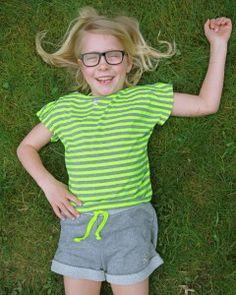 """Bluse i neon stribet jersey  Bluse i stribet jersey - som mønster har vi brugt overdelen på Sally buksedragten. Shorts er syet efter Robin mønster - Bagsiden af stoffet er brugt som """"linning"""" og kontrasten er udnyttet i opsmøg på benene.   - stof2000.dk"""