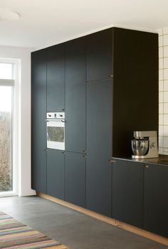 Scandinavian minimalism - Kitchen by Nicolaj Bo™, Copenhagen Dansk designet snedkerkøkken i egetræ og sort linoleum. Nicolaj Bo™, København