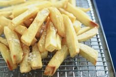Crisp and golden on the outside, soft and fluffy on the inside, these really are the best-ever chips! Would use coconut oil for frying! Fried Chips, Potato Frittata, Peeling Potatoes, Chips Recipe, Frozen Vegetables, Potato Dishes, Fish And Chips, Love Food, Dinner Recipes