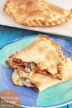 Os enseñamos a hacer un calzone de pollo a los tres quesos paso a paso, una receta fácil y sabrosa que gustará a todo el mundo.
