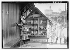 Dollhouses, skully and puddles: Lower East Side children, actually having fun - The Bowery Boys: New York City History Old Time Photos, Old Pictures, Vintage Children Photos, Vintage Images, Antique Photos, Vintage Photographs, Shorpy Historical Photos, The Bowery Boys, Mystery Of History