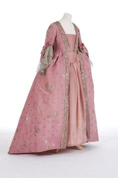 Robe à la française, 1750s From the Fashion Museum at Bath on Twitter