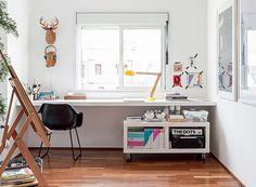 O escritório do arquiteto Alexandre Skaff é composto apenas por uma bancada. Para ajudar na organização, o profissional usa um móvel com rodízios, onde ficam livros, canetas e miudezas