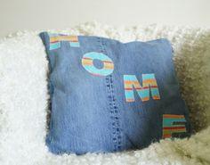 Autorskie poduszki wykonane ręcznie z napisami lub aplikacjami. Fantastyczny projekt, wykonanie bardzo solidne. Wypełnienie poduszki: - przeciwd...