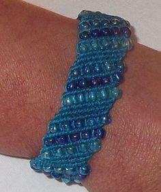 Pulsera en macrame - http://www.noraccesorios.com - Esta pulsera fue hecha a mano con nudos de macrame...