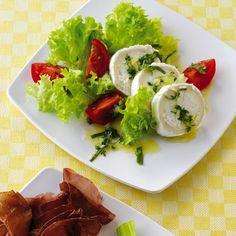 Dieser Salat ist ideal auch als kleine Mittagsmahlzeit . Er ist geschmacksintensiv, leicht und macht Sie auf angenehme Weise satt.